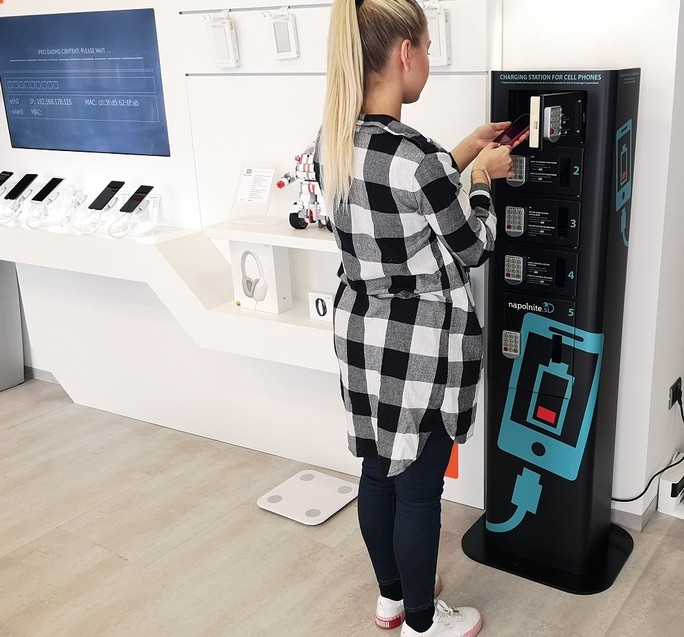 Charging locker for mobile devices